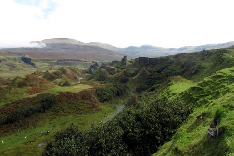 Vista general del Fairy Glen, en Skye. Imagen propiedad de isleofskye.com