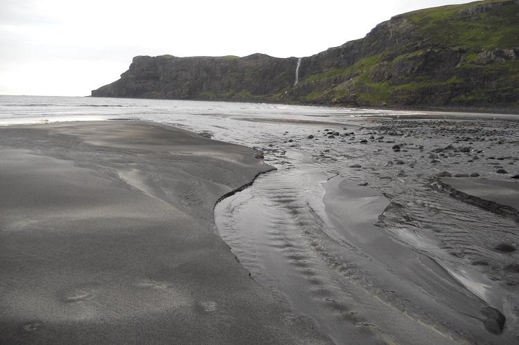 Acantilados y cascada sobre el mar en la Bahía de Talisker (Skye). Fotografía de Mireia Company