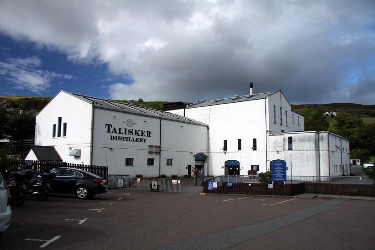 Vista de la destilería de Talisker, en Skye. Fotografía propiedad de Chmee2, bajo licencia Creative Commons.