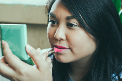 CLINIQUE Lippenstift auftragen Wundercurves Frühlings-Make-up