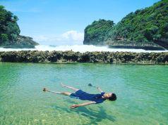 Menikmati kolam renang alami di Pantai Batu Bengkung