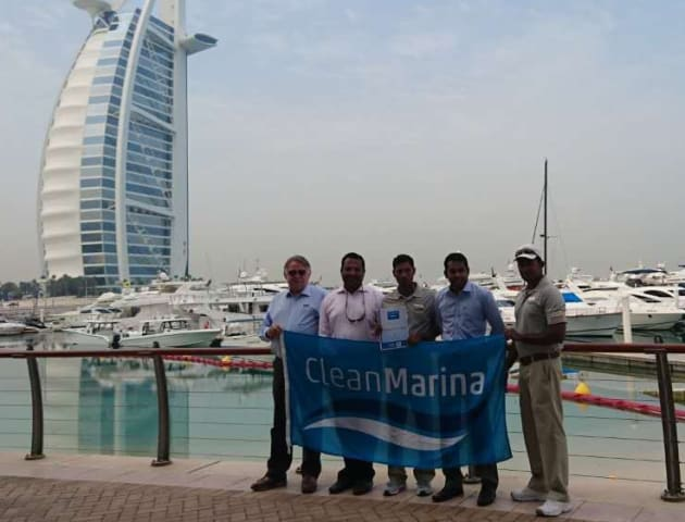 MIA director John Spragg (left) presenting the Clean Marina award to Jumeirah Beach Hotel Resort Marina staff in Dubai.