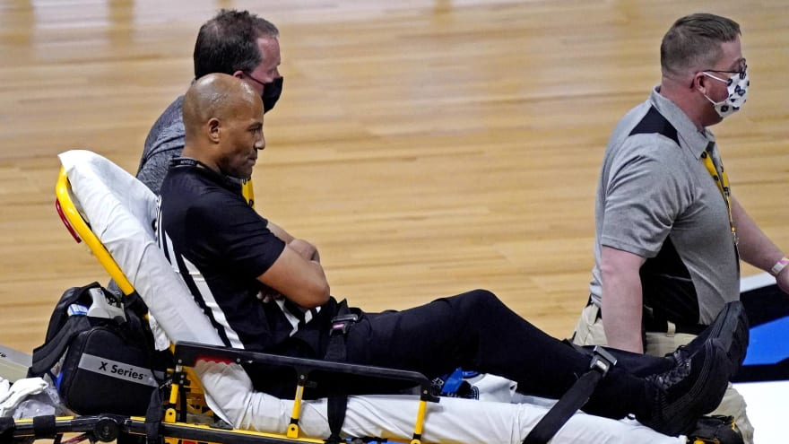 Referee Bert Smith collapses during Gonzaga-USC game