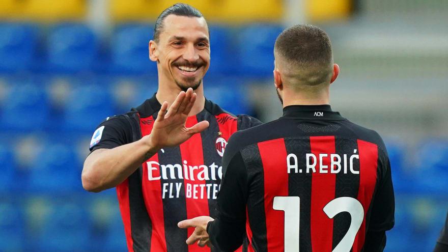Zlatan Ibrahimovic signs extension with AC Milan