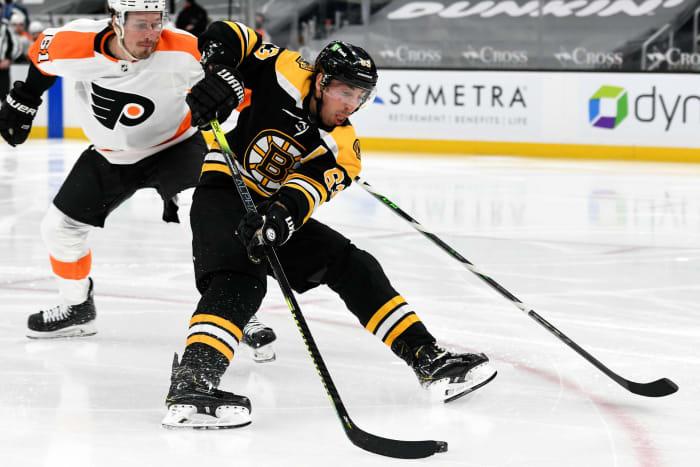 Boston Bruins ต้องการความช่วยเหลือในการส่งต่อและการป้องกัน
