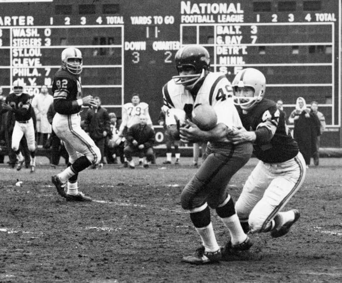 Cleveland, Washington swap Bobby Mitchell, Ernie Davis