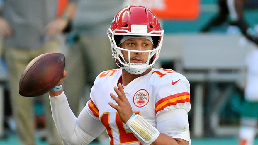 Patrick Mahomes throws third INT with Xavien Howard one-handed grab