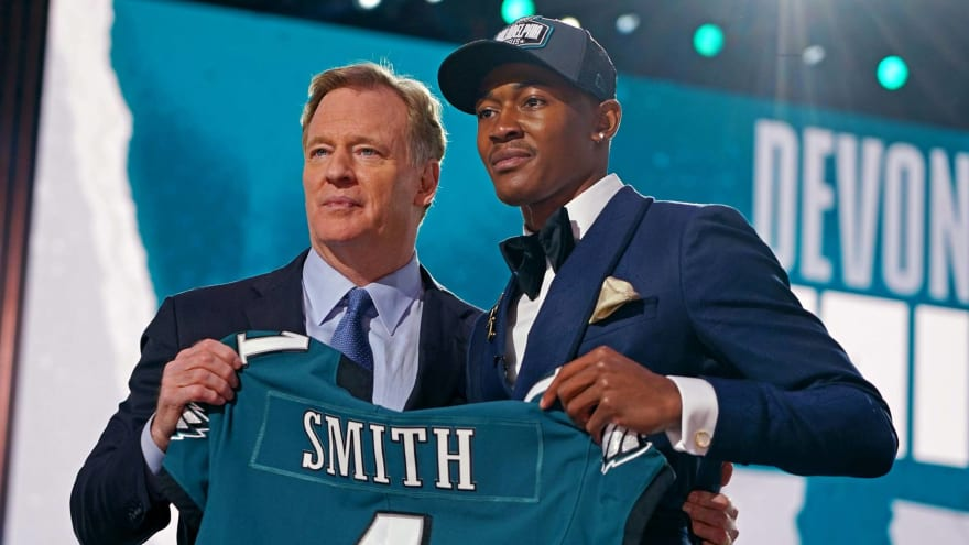 Eagles trade up to draft WR DeVonta Smith at No. 10