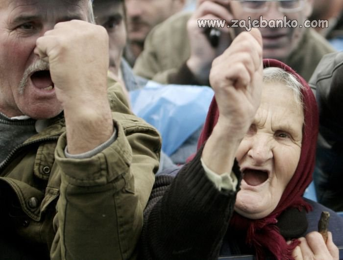 stara baba prosvjeduje