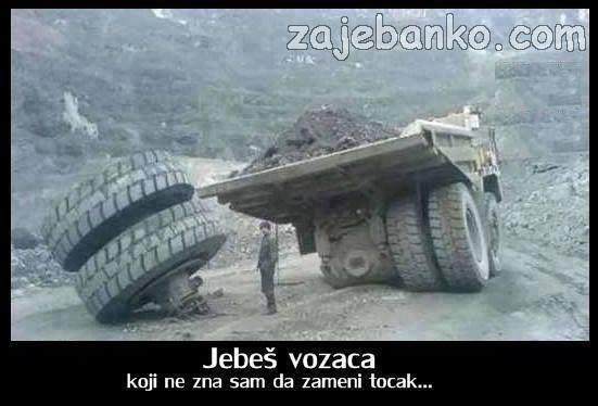vozač mijenja gumu
