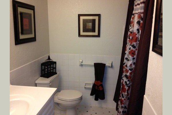 Chapel Hill Towers bathroom