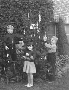 Family-Storytelling-Christmas-tree
