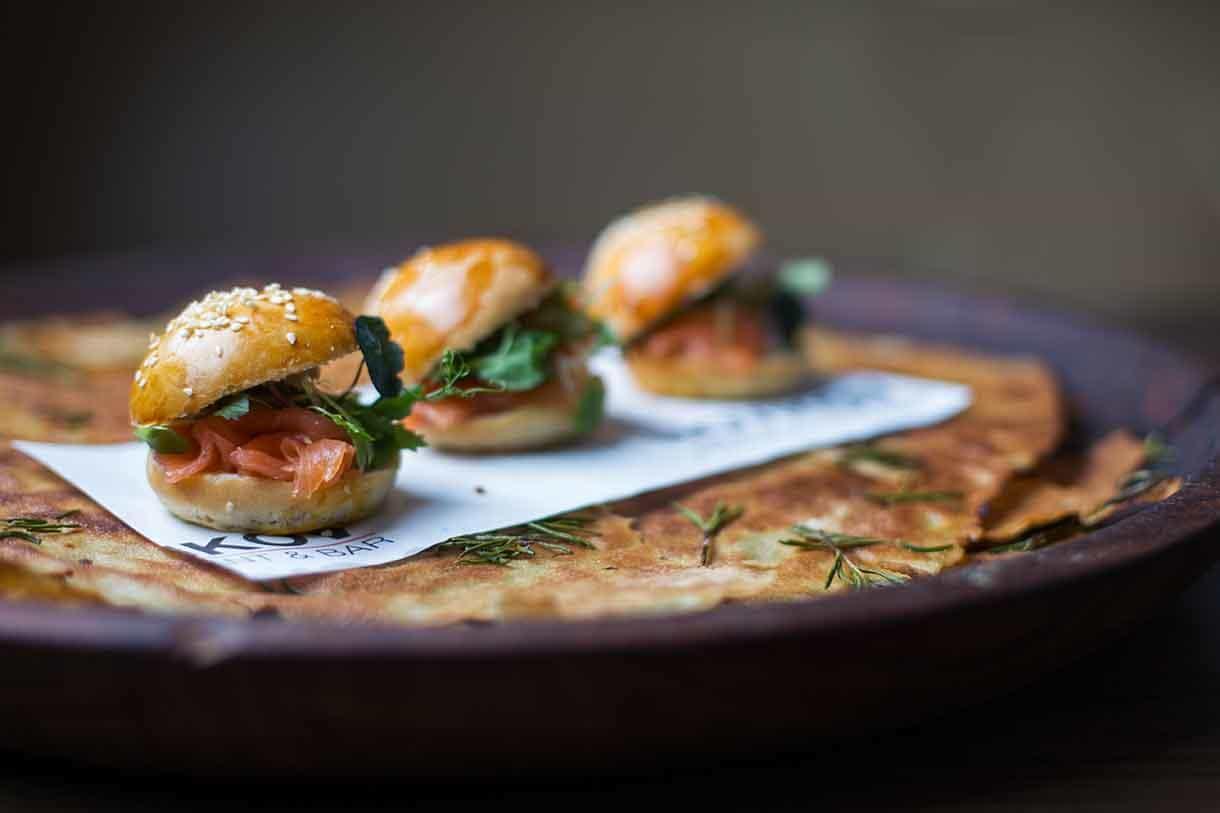 sesame buns with prosciutto crudo