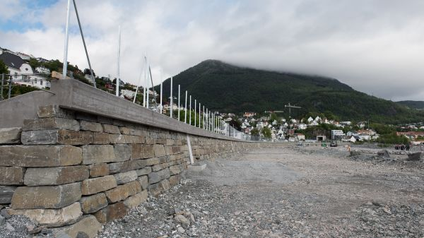 Illus. Skille av jernbanetrase og bybanetrase med natursteinsmur
