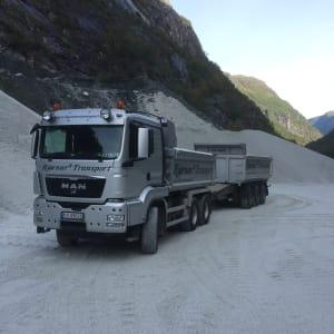 Lastebil med henger for massetransport