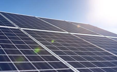 Illus. Solenergi og solpanel på tak