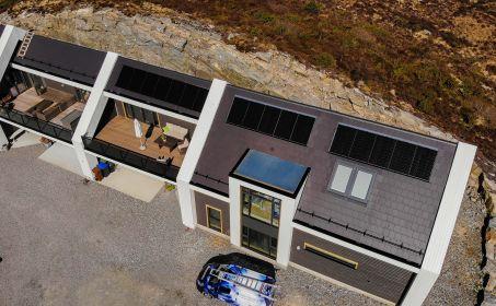 Illus. VIDEO - Ekteparet Evelyn og Jim fikk montert solcellepanel på sin bolig i Øygarden