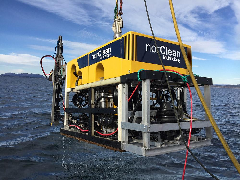 Vi senker vår ROV som er klargjort for boring under vann