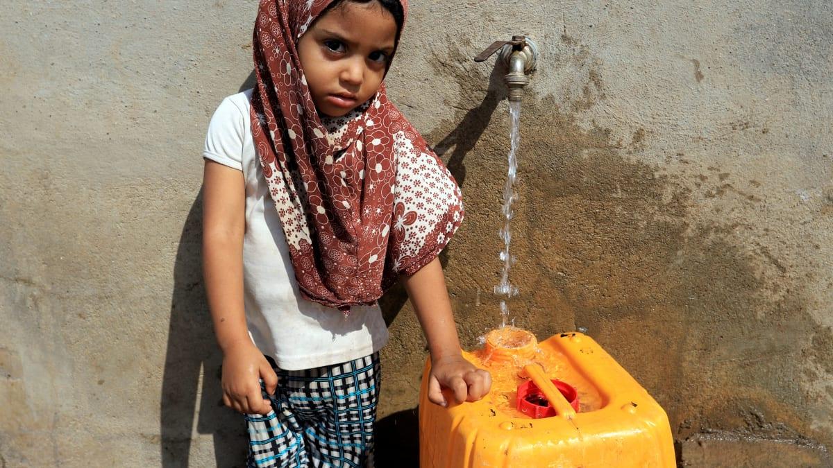 Remplissage d'un bidon d'eau potable -Yémen