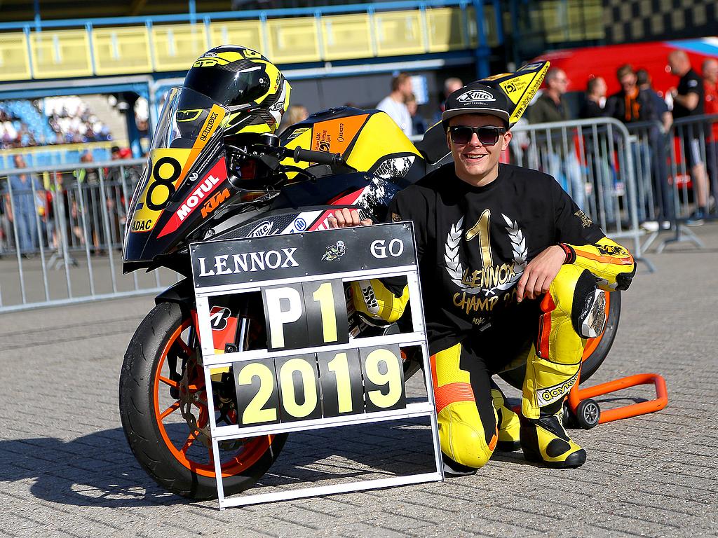 Titelgewinne für zwei Förderpiloten: Simon Längenfelder und Lennox Lehmann feiern Meisterschaft in ihren Rennserien