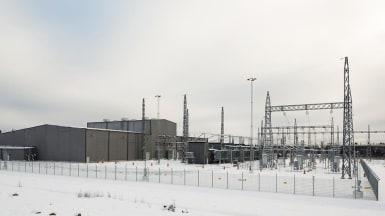 Vinterbild på en omriktarstation, tillhörande elledningen
