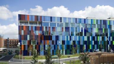 Bild på en kvadratisk byggnad med färgglada, rektangelformade mönster.