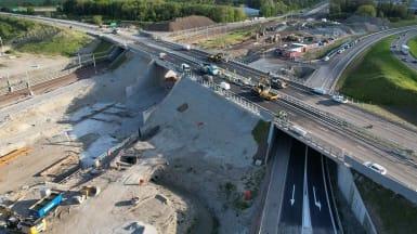 Översiktsfoto över den nya bron över motorvägen.
