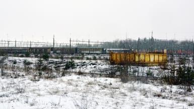 Vinterbild på Nässjös bangård, med gamla containers i bakgrunden.