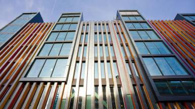 Kontorshuset Kungsbrons fasad, med färgglad, räfflad metall varvat med fönsterglipor.