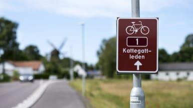 Fokusbild på en brunvägskylt som påbjuder cykelvägen Kattegattleden.