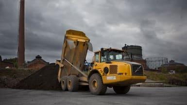 En lastbil dumpar vid en avfallsterminal.