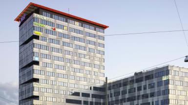 Kontorshuset Ullevigatan 17-19, med rutiga silverfärgade mönster på fasaden och en
