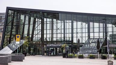 Bild på Malmö centralstations nya glashall, med lutande tak och en fasad gjord av just glas.