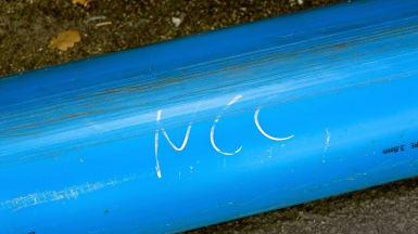 Närbild på en blå vattenledning med