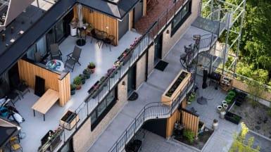 Bild ovanifrån på Greenhouse Augustenborgs utefaciliteter och gatan nedanför.