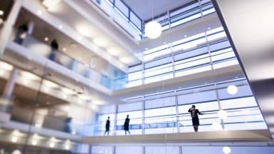 Kontorshuset Koggen 1:s innergård, med fönsterväggar och gångbryggor på varje våning som rundar gården.
