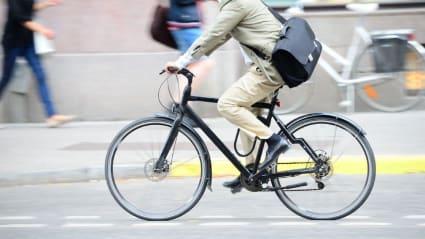 Man på cykel i stadstrafik.