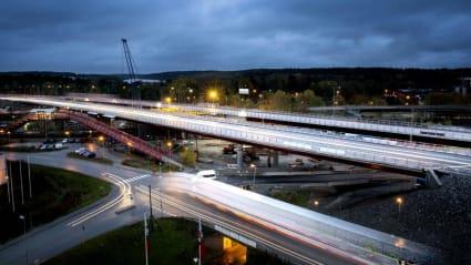 Bild på nya E4 vid Rotebro. Lång exponering skapar konturer av bilarnas strålkastare.