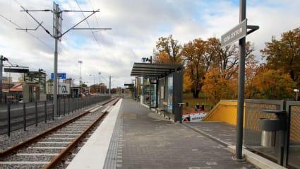 Tvärbanans hållplats Solna centrum, med dubbelspår och plattform på vardera sida.