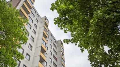 Bild på ett av Fittjas klassiska lägenhethus som ingår i renovering av miljonprogrammet, sedd nedifrån.