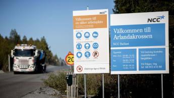 Bild på infarten till Ballasts Arlandaanläggning, med en lastbil som kör ut ur området.