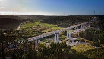 Flygfoto över Hudälven och den nybyggda bron.