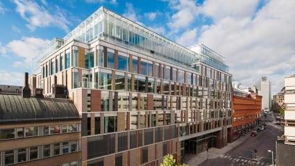 Mästerhuset, i Stockholms city, har en blandad fasad av glas och stenmaterial, där färgerna har valts utifrån Gamla Stans fasader.