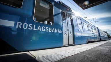 Närbild på ett av Roslagsbanans tåg.