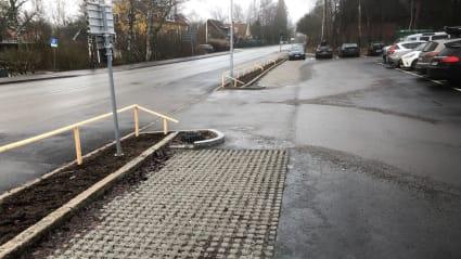En infartsyta efter regn, där hantering av dagvatten numera sköts av NCC Drain Ways.