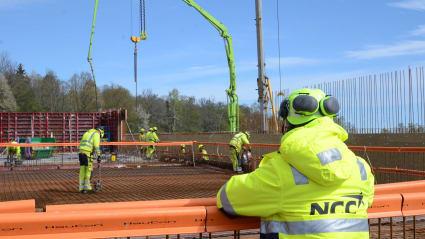 En medarbetare blickar ut över bygget som pågår för nya vattenverket i Häggeberg.