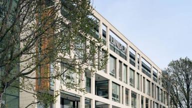 Centralhuset i Göteborg, med stora fönster i olika former som bildar en fasad.