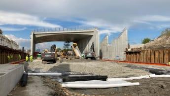 Lansering av motorvägsbro vid E6 trafikplats Alnarp för att ge plats för nya järnvägsspår, del av projekt Fyrspåret Malmö-Lund.