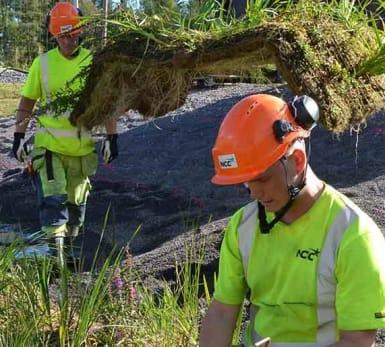 Bygget av en dagvattenreservoar pågår. Några NCC-medarbetare syns i bilden.