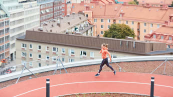Bild på en kvinna som springer löpspåret ovanför Torsplan 2.